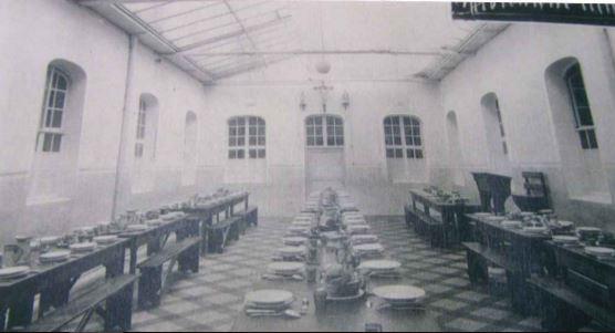 Réfectoire des moyens dans le cloître du vieux collège