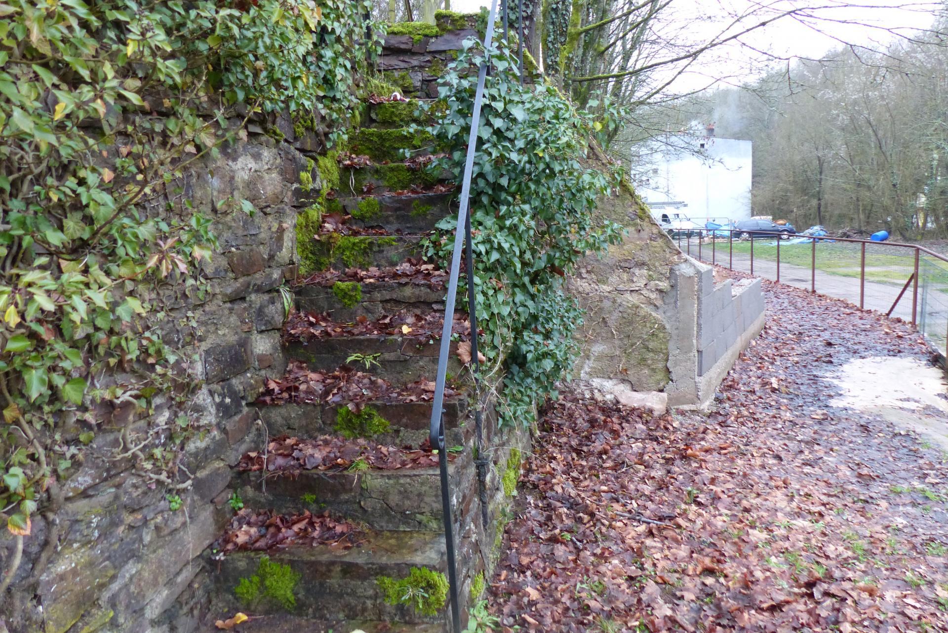 escalier menant au terrain de sport